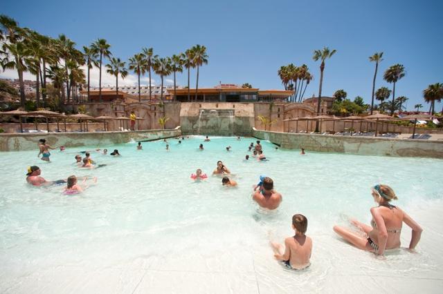 Nueva piscina de olas familiar for Piscina de olas